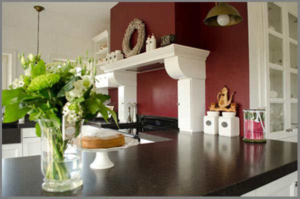 keuken met nostalgische schouw en fornuis