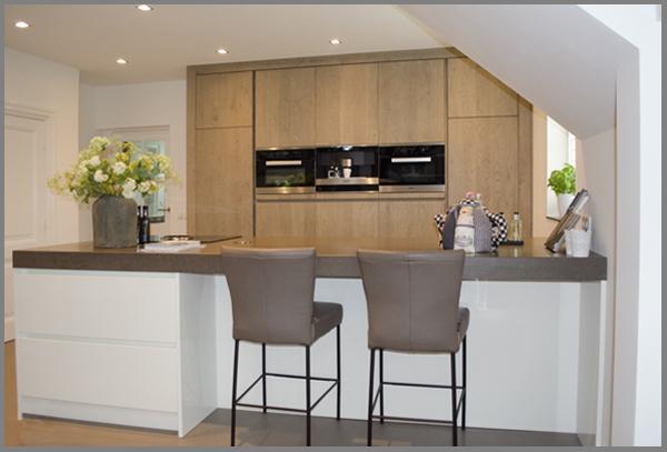 moderne hoogglans greeploze keuken met eiken hoge kastenwand