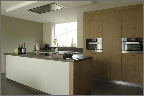 Keuken in eikenfineer en lak, voorzien van stolwanden en een eiland