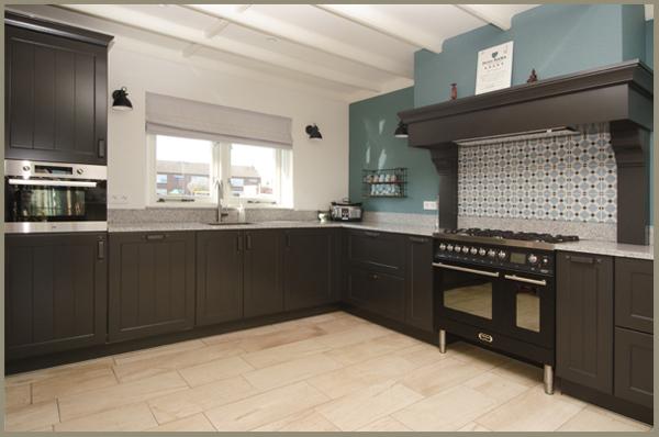 landelijk zwarte keuken