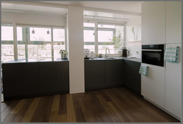 strakke moderne grijze greeploze keuken